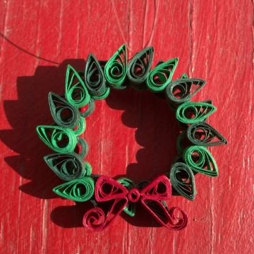 Christmas Wreath Quilled Pendant Pin